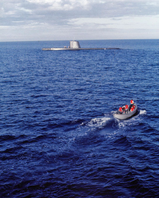 Vietnam-Ship-Photos-sub-with-Tay-sailors-in-tender