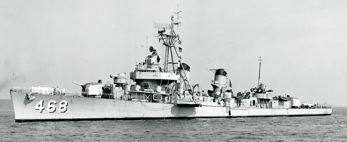 The-Ship-Photos-Korea-Ship-with-crew-on-deck